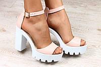 Пудро-белые босоножки на устойчивом каблуке, кожа