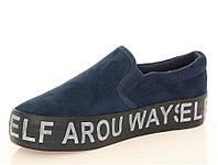 Модная и стильная женская обувь слипоны на танкетке и платформе  синего цвета с надписью. Размер: 36-41