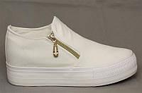 Модная и стильная женская обувь слипоны на танкетке и платформе белые  размеры 39-40