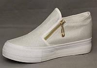 Модная и стильная женская обувь слипоны на танкетке и платформе молодежные белого цвета