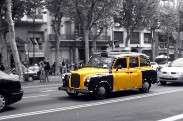 Почему все такси в Барселоне желто-черные