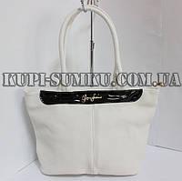 Летняя белая сумка с черной лаковой вставкой