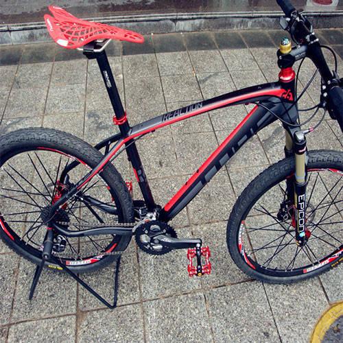 Тюнинг велосипеда в красном цвете: замена педалей и седла