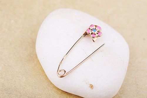 Золотая булавка с розовым цветочком