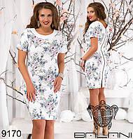 Летнее  приталенное платье с белой отделкой и молнией на спинке.