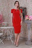 Стильное облегающее летнее платье прямого силуэта с серебристой брошью большой размер.