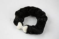 Велюровая резинка для волос с камнями чешское стекло и жемчужинками, диаметр резинки 7.5 см, длина украшения; 3 см, 1 штука