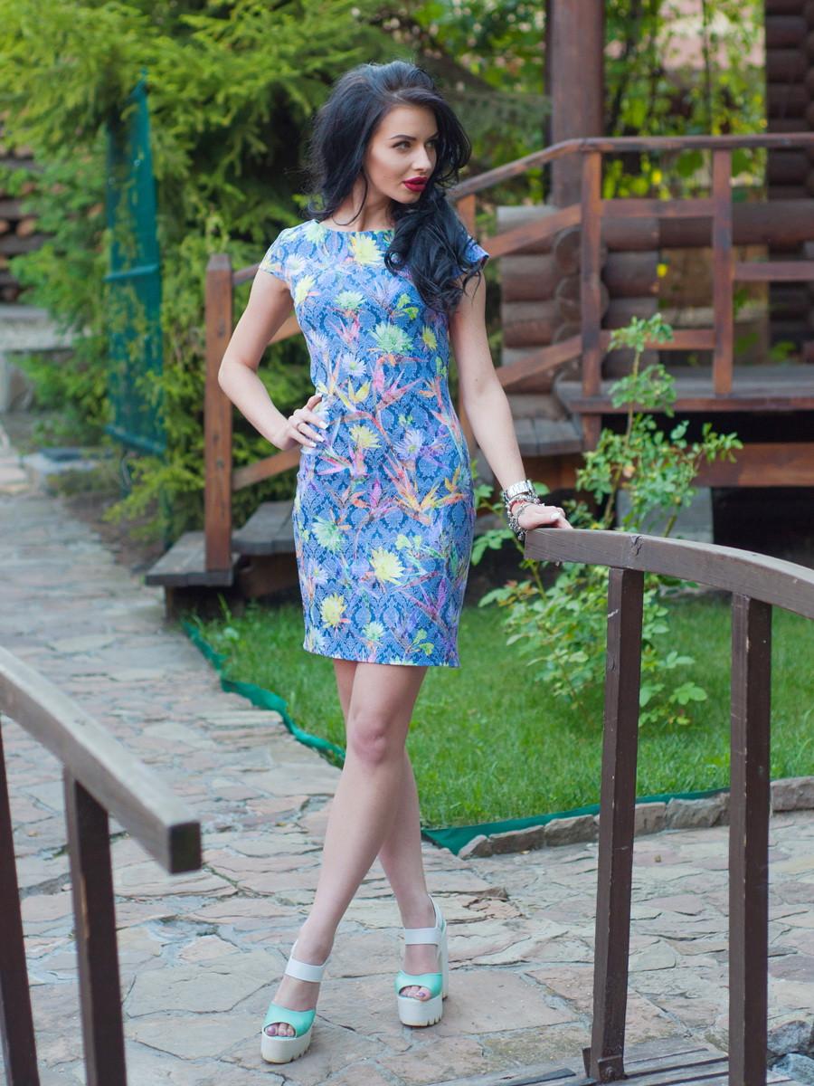 Нарядное женское платье с цветочным узором.