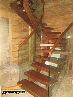 Лестница  на деревянном каркасе, со стеклянным ограждением