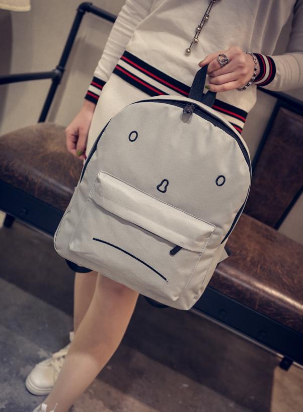 Городской рюкзак с грустным принтом.