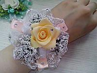 Свадебный цветок для свидетельницы на руку (цвет - персиковый)