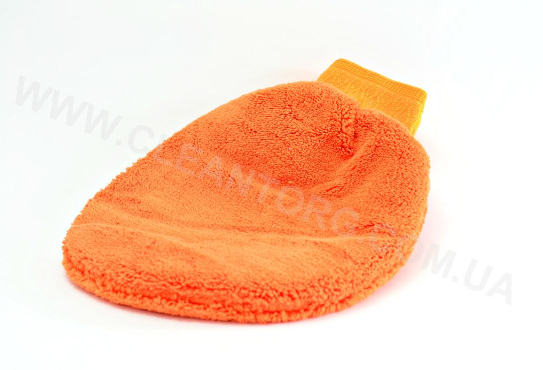 Оранжевая рукавица из микрофазера для химчистки потолка