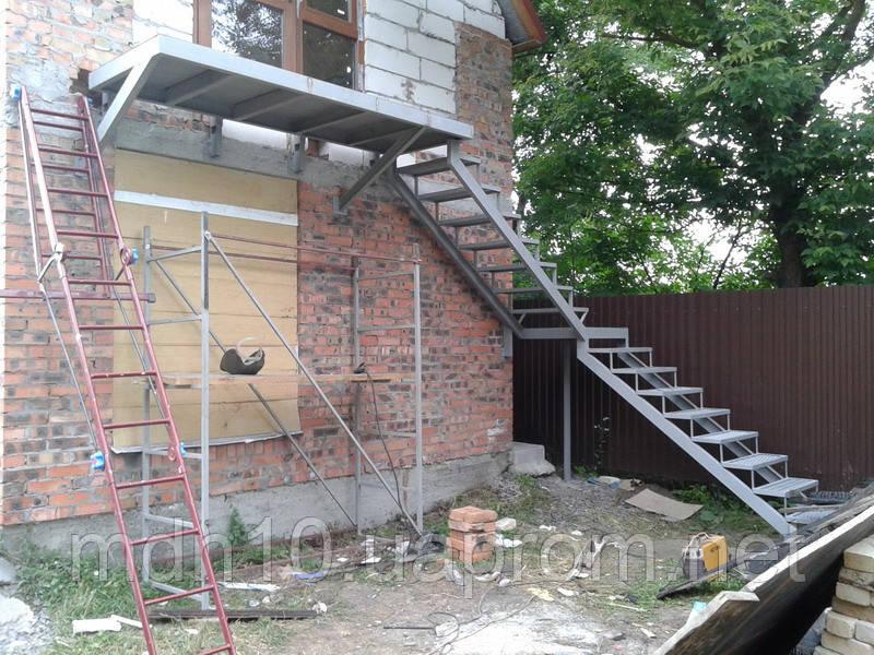 Внешняя лестница с балконом