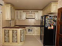 Кухня в классическом стиле, с патинированными фасадами