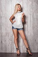 Летняя полуприталенная блуза без рукавов с воротником стойкой и кокилье