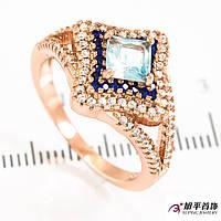Кольцо позолота Ромб-квадр. камень 0,5; россыпь оч. мелк. камней