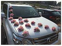 С розовыми розами на белом