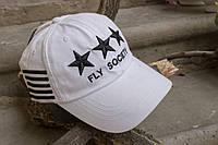 Белая кепка с черными звездами