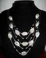Вечернее ожерелье со светлыми камнями
