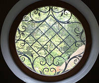 Круглое деревянное окно