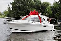 Подарочная упаковка яхты, большой красный бант на катер