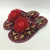 Женские тапочки с пушком на легкой подошве, бордовые в цветочек