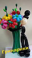 Джентльмен с букетом ромашек из воздушных шариков