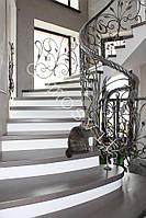 Деревянная лестница с кованным ограждением и  поручнем, фото 1