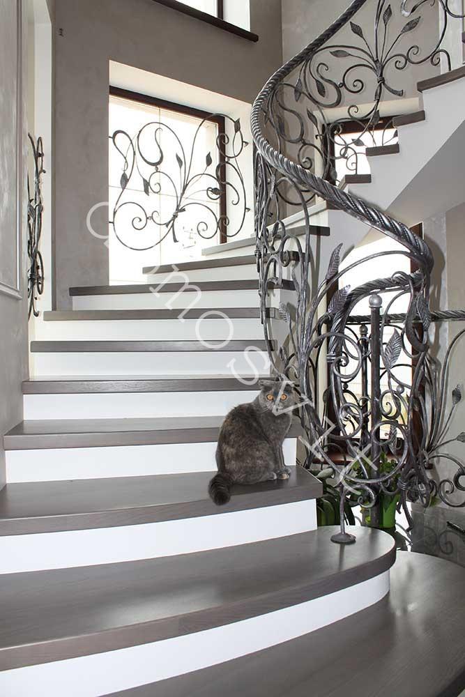 Деревянная лестница с кованными перилами - Домосвит в Киеве