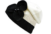 Бело-черная шапка с аппликацией
