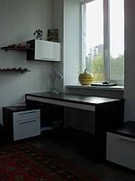 Набор мебели для детской комнаты(стол компьютерный,стеллаж)