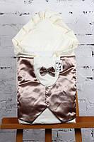 """Летний нарядный конверт-одеяло """"Джентельмен"""" для мальчика на выписку (молочный с коричневой атласной жилеткой)"""