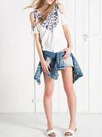 Модная женская футболка на лето с прорезами на плечах белого цвета