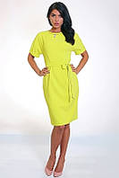 Яркое желтое платье приталенного кроя