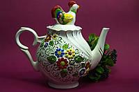 Красивый чайник с расписной лепкой.
