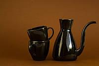 Красивый кофейный набор с туркой и чашками.
