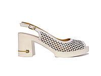 Женские  босоножки из перфорированной кожи на каблуке с подковкой из страз (белые)