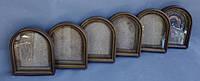 Арочные киоты для икон с внутренними деревянными рамками.