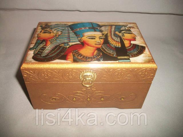 Деревянная шкатулка с имитацией чеканки по старому золоту и египетским узором
