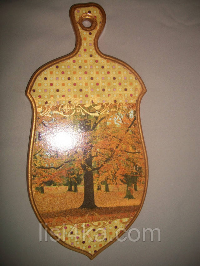 Деревянная золотисто-желтая разделочная доска для кухни с осенним рисунком