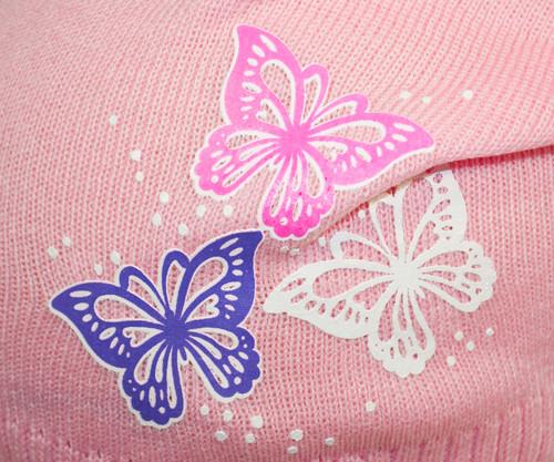 Принт бабочки на вязаной шапке