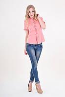 Яркая розовая блуза оригинального кроя украшена этнической вышивкой