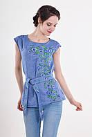 Стильная вышитая блуза в цвете джинс украшена цветочной вышивкой с пояском