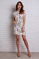Классное молодежное платье белого цвета с ярким рисунком