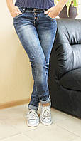 Стильные молодежные женские джинсы зауженные  на пуговицах