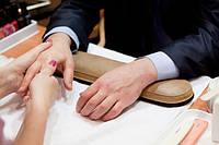 Как выполнять мужской маникюр?