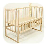 Детская кроватка из ольхи (БЕЗ ЛАКА)фигурная спинка,качалка и колеса,боковина ОТКИДНАЯ