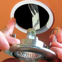 Установка світильника у стелю з гіпсокартону