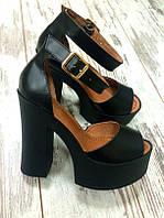 Женские кожаные черные босоножки на высоком каблуке.
