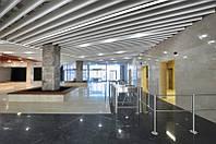 Кубообразный потолок. Рейка 34х100 шаг 100. Цвет - белый.